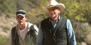 Jeremy Irvine (l.) and Michael Douglas in Beyond the Reach.