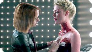 Jena Malone (l.) bloodies Elle Fanning in The Neon Demon.